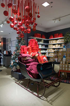 NEW YORK, NEW YORK/USA - December 8, 2018: Christmas sleigh inside Macy's department store on Herald Square and 34th street. Archivio Fotografico - 117653797