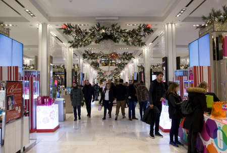 NEW YORK, NEW YORK/USA - December 8, 2018: Shoppers browse during Christmas season inside Macy's department store located in Herald Square Manhattan. Archivio Fotografico - 117653799