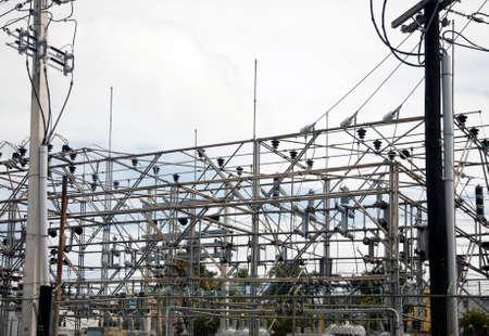 BAYAMON, PUERTO RICO/USA - 15. Februar 2019: Blick auf das Stromnetz mit Masten und Drähten, die der Gemeinschaft Energie liefern. Standard-Bild