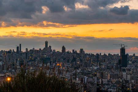 Il s'agit d'une capture du coucher de soleil à Beyrouth, capitale du Liban, avec une couleur orange chaude, et vous pouvez voir le centre-ville de Beyrouth au premier plan avec de beaux nuages en arrière-plan