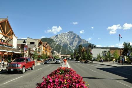 Vista de Banff Avenue el 4 de agosto de 2011 en Alberta, Canadá Foto de archivo - 12790390