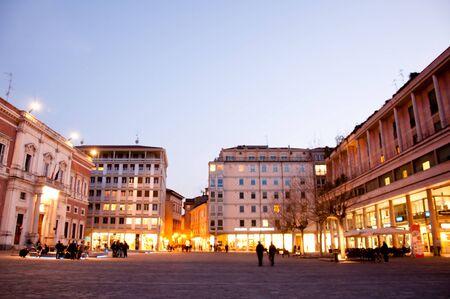 central square: piazza centrale di fronte al Teatro Municipale di Reggio Emilia Archivio Fotografico