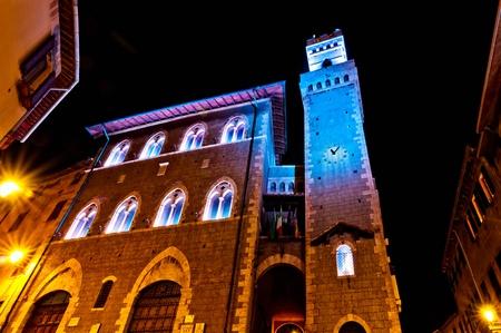 priori: vista notturna del centro, con illuminata Municipio a Piombino, Italia il 17 aprile 2013