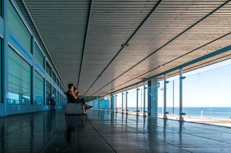 PALERMO, ITALIA - 27 agosto 2014: i passeggeri aspettano per i loro voli su terrazza a Falcone Borsellino a Palermo, Italia. L'aeroporto è stato chiamato dopo che i due principali magistrati antimafia uccisi nel 1992. Archivio Fotografico - 35784464
