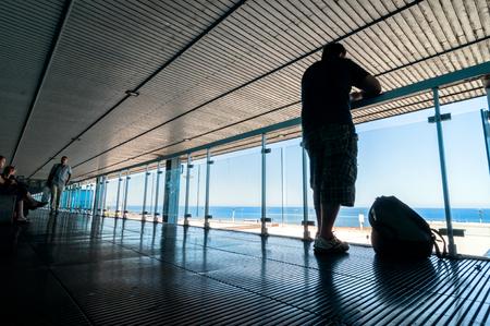 PALERMO, ITALIA - 27 agosto 2014: i passeggeri aspettano per i loro voli su terrazza a Falcone Borsellino a Palermo, Italia. L'aeroporto è stato chiamato dopo che i due principali magistrati antimafia uccisi nel 1992. Archivio Fotografico - 35784465