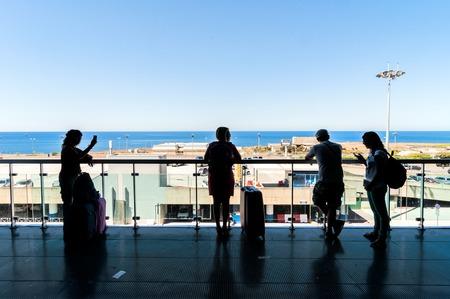 PALERMO, ITALIA - 27 agosto 2014: i passeggeri aspettano per i loro voli su terrazza a Falcone Borsellino a Palermo, Italia. L'aeroporto è stato chiamato dopo che i due principali magistrati antimafia uccisi nel 1992. Archivio Fotografico - 35784468