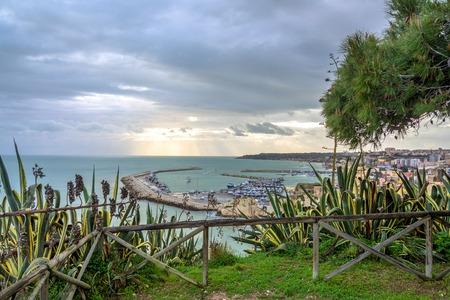 domination: Sciacca, Italia - 22 de febrero 2014: Vista panor�mica de la costa con el centro de Sciacca, Italia. Sciacca es conocida como la ciudad de los ba�os termales ya la dominaci�n griega en el 4tos siglos tercero y BC