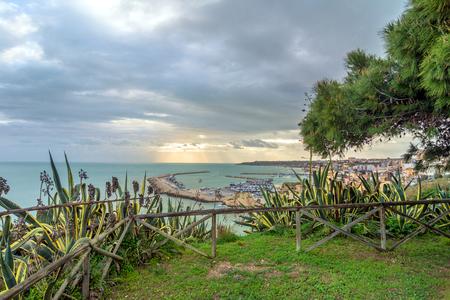 dominacion: Sciacca, Italia - 22 de febrero 2014: Vista panorámica de la costa con el centro de Sciacca, Italia. Sciacca es conocida como la ciudad de los baños termales ya la dominación griega en el 4tos siglos tercero y BC