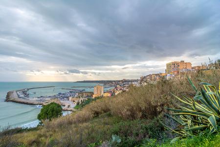 dominacion: Sciacca, Italia - 22 de febrero 2014: Vista panor�mica de la costa con el centro de Sciacca, Italia. Sciacca es conocida como la ciudad de los ba�os termales ya la dominaci�n griega en el 4tos siglos tercero y BC