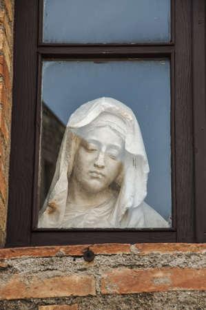 이탈리아 마에서 창 안에 메리 동상