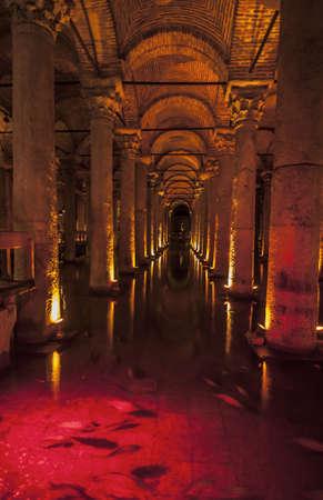 cisterna: el interior de la cisterna romana en Estambul, Turqu�a
