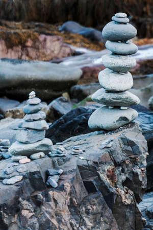 메인 해안선 인 우사에 돌을 쌓았다. 스톡 콘텐츠