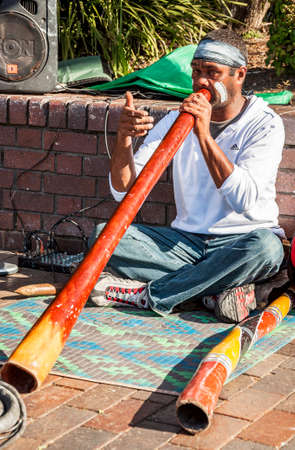 시드니 -8 월 17 일 : 원주민 음악가 재생 전통적인 악기 거리에서 2010 년 8 월 17 일 시드니, 호주에서 스톡 콘텐츠 - 52319944