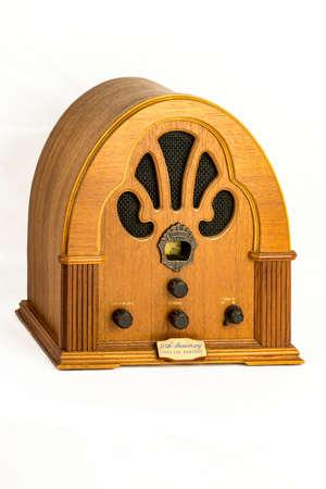 dispositif radio vintage sur un fond blanc