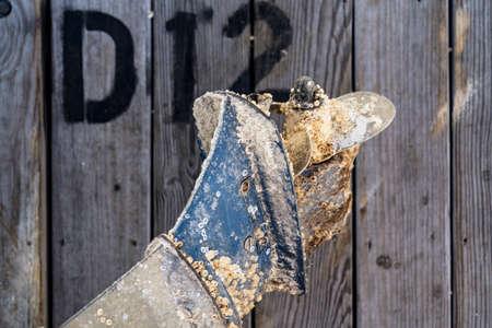 motor de carro: h�lice de la h�lice de barco marino oxidadas y sucias