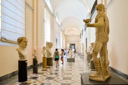 ナポリ国立考古学博物館で 9 月 4 日、ナポリ: 像。博物館には、ポンペイ、スタビアエ、ヘルクラネウムからローマの人工物の大規模なコレクション 報道画像