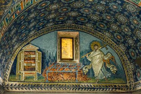 イタリア、ラヴェンナのガラ Placidas 廟にユネスコによって記載されている壮大な 1600 歳モザイク 写真素材