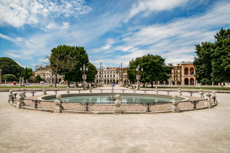 borne fontaine: PADUA - JULY 2: Fountain in the middle of Prato della Valle on July 2, 2017 in Padua, Italy