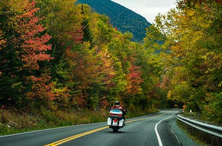 Motorfiets het drijven op de weg op de Witte Bergen tijdens de herfst, New Hampshire, de VS
