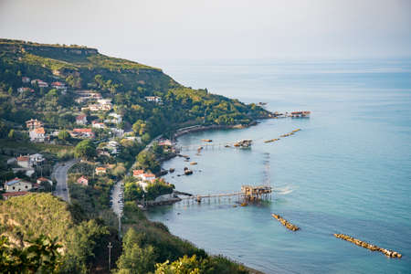 Bella vista della costa di Fossacesia nella regione Abruzzo, Italia. in vista anche i vecchi moli di pescatori Archivio Fotografico