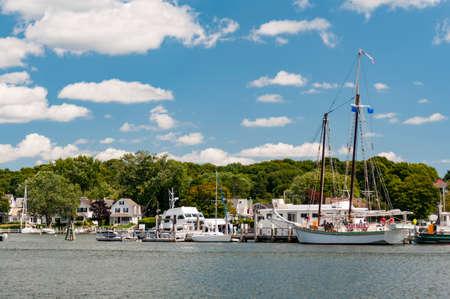 Mystic Seaport, est un village du 19ème siècle recréé en plein air et un musée maritime éducatif. Les visiteurs trouveront une réplique du phare de Brant Point Light.