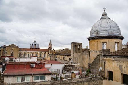 Włochy. widok z zamku Saint Elmo. Wzdłuż dziedzińców ulicznych znajdują się kopuły niektórych kościołów, m.in. fasada katedry w Neapolu