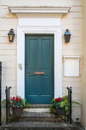 Puerta y vista frontal de la casa antigua en la ciudad de Charleston