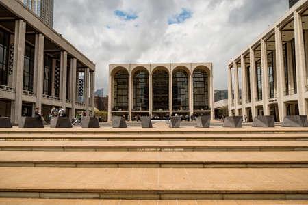 NEW YORK CITY - 19 APRILE 2019: Il Lincoln Center Plaza di New York visto il 19 aprile 2019. Lincoln Ctr. ospita la Metropolitan Opera, il NYC Ballet, la NY Philharmonic, l'Avery Fisher Hall e la Juilliard School.