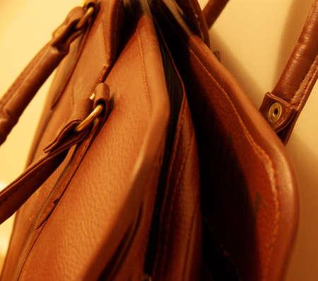 leren tas: detail van een ouderwetse lederen tas Stockfoto