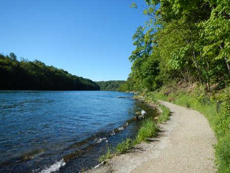Fußweg entlang Ufer Lizenzfreie Bilder