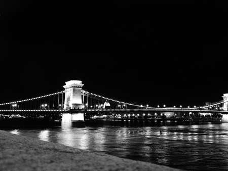 Brücke über die Donau in Budapest bei Nacht Lizenzfreie Bilder