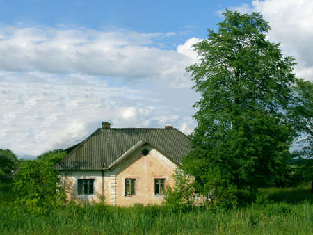 Deserted country house in Russian village Standard-Bild