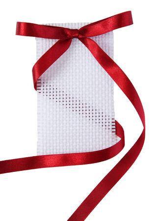 canvass: Etiqueta blanca del regalo con textura con la cinta vino tinto Foto de archivo
