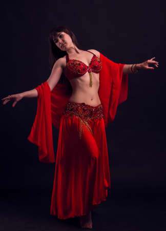 danseuse du ventre: Sexy dancer woman du ventre. Arabian artiste professionnel oriental en brillant costume avec de longs cheveux brillants saine