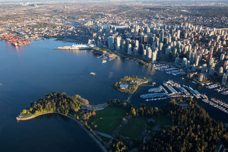 Beautiful Aerial View of Vancouver Downtown, British Columbia, Canada, during a bright spring sunset. Standard-Bild