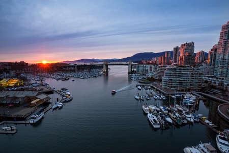 ダウンタウンにフォールス クリーク バンクーバー、ブリティッシュ ・ コロンビア、カナダ。色鮮やかな夕焼けの中に俯瞰的な視点から撮影。 写真素材