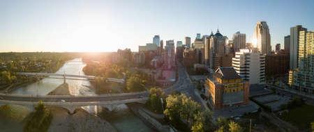 Vue panoramique aérienne d'un magnifique paysage urbain moderne lors d'un lever de soleil ensoleillé et animé. Prises dans le centre-ville de Calgary, Alberta, Canada.