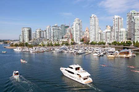 Vancouver, BC, Kanada - 5. August 2018: Luftaufnahme von False Creek an einem sonnigen Sommertag.