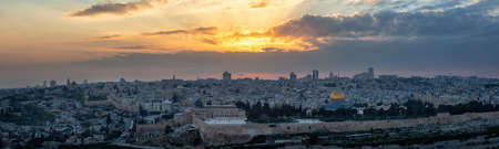Beautiful panoramic aerial view of the Old City and Dome of the Rock during a dramatic colorful sunset. Taken in Jerusalem, Capital of Israel. Stockfoto