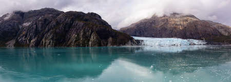 Beautiful Panoramic View of Margerie Glacier in the American Mountain Landscape on the Ocean Coast during a cloudy morning in fall season. Taken in Glacier Bay National Park and Preserve, Alaska, USA. Stockfoto