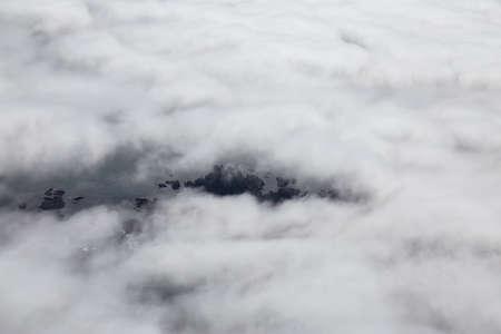 Luftaufnahme von oben auf einen wunderschönen felsigen Strand mit Wolken und Nebel an der Westpazifikküste. Aufgenommen in der Nähe von Tofino und Ucluelet in Vancouver Island, BC, Kanada.
