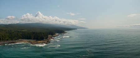岩石太平洋海岸的美好的空中全景风景视图在南温哥华海岛在一个晴朗的夏日期间。采取在顾客和港口Renfrew,BC,加拿大。