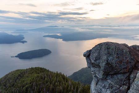 Splendida vista del paesaggio montano canadese coperto di nuvole durante un vivace tramonto estivo. Preso sulla sommità del Vertice di San Marco, West Vancouver, British Columbia, Canada.