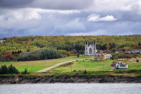 在一个岩石海岸的住宅住宅在多云天期间。采取在维多利亚矿山,新斯科舍省,加拿大。
