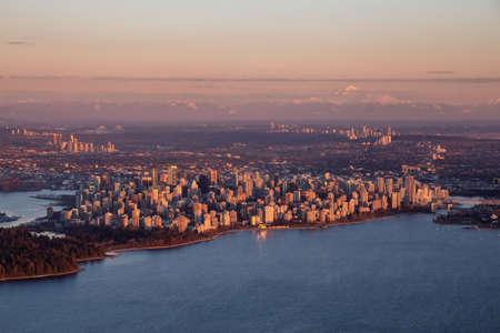 Luftaufnahme einer modernen Innenstadt bei einem sonnigen Wintersonnenuntergang. Eingelassenes Vancouver, Britisch-Kolumbien, Kanada.