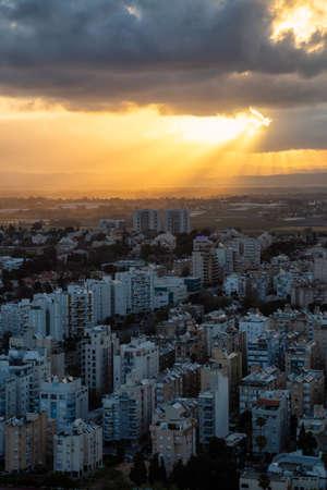 Vista aerea di un quartiere residenziale in una città durante un'alba nuvolosa. Preso in Netanya, Distretto Centrale, Israele. Archivio Fotografico