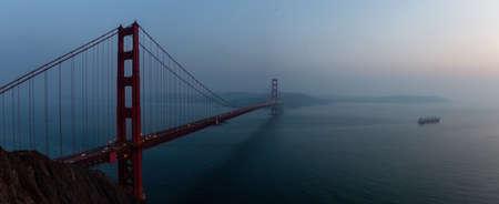 Schöner Panoramablick auf die Golden Gate Bridge bei einem dunstigen Sonnenuntergang. Aufgenommen in San Francisco, Kalifornien, USA.