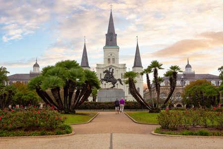 Jackson Square in der Innenstadt an einem farbenfrohen und bewölkten Morgen. Aufgenommen im French Quarter, New Orleans, Louisiana, USA.