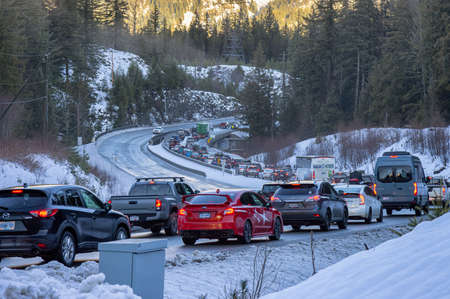 Whistler, British Columbia, Canada - December 28, 2020: Traffic Jam on the Sea to Sky Highway from an accident during the Holiday Season. 新聞圖片