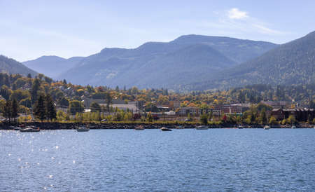 Scenic View of Kootenay River and a small touristic town. Sunny Fall Season Morning. Located in Nelson, British Columbia, Canada. Standard-Bild